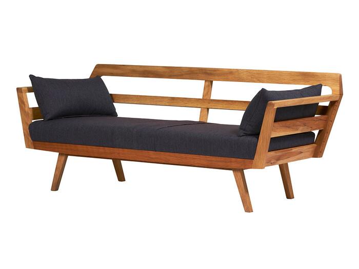 今までご紹介したどのアイテムよりも木製フレームが主役のこのソファは、もともとのファブリック部分が少ないのでとってもスマートな印象。クッションでソファの印象が変わると思うので、四季で違いを楽しみたい方にもおすすめです。
