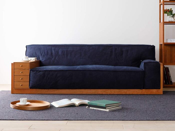 和洋どちらのお部屋でも楽しめそうなどっしりとした印象のローソファ。存在感たっぷりで、お部屋の主役になってくれそうなソファです。引き出しの位置は左右どちらにでも変更出来て、実用性も◎。
