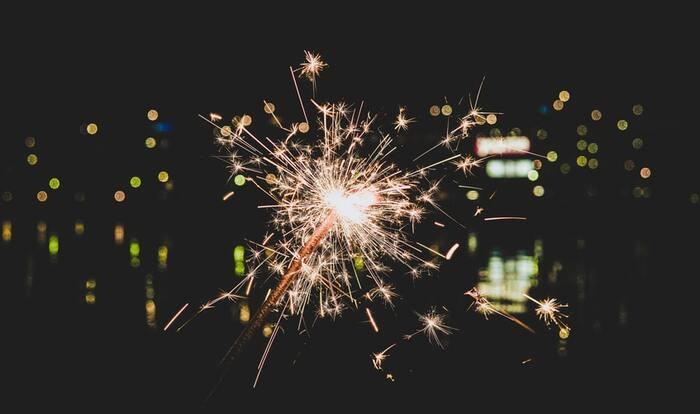 リーズナブルな手持ち花火も良いけれど、今年はちょっと贅沢に国産花火で夏の思い出作りをしてみませんか?伝統の技術で国内で丁寧に作られた花火は趣があり、職人さんのこだわりを感じられるはずです。