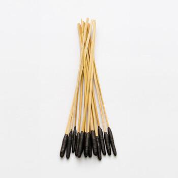 線香花火の原形を再現。もともと線香花火はワラスボの先に火薬を付け、それを香炉に立てて火をつけて遊んでいたことが、始まりだと言われています。筒井時正玩具花火製造所では、原材料となる稲ワラを守るために米づくりも自分たちで行っているそうです。