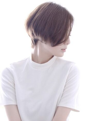 後ろの髪は短くスッキリとしているのに対し、前下がりなサイドの髪が大人っぽい印象を与えます。