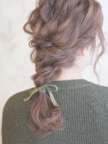 髪にボシュームがあるからこそできるヘアスタイルが編みおろしアレンジです。髪のボリュームがしっかりと活かされ、華やかなヘアアレンジを作り上げることができます。