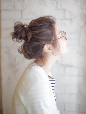 髪の量があるからこそ、しっかりとボリュームのあるおだんごヘアが仕上がります。ヘアアレンジの前に髪全体をコテで巻いておくことで、ゆるく垢抜けた雰囲気になりますよ。