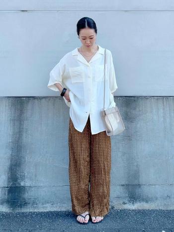 涼し気な素材感のパンツに、大き目サイズのシャツを合わせて。シャツのコーデも、華奢なネックレスを合わせると女性的な雰囲気に。
