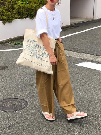 合わせやすいベージュのウエストゴムパンツは、1本持っていると重宝しそう。シンプルな白Tシャツを合わせるだけでサマになりますが、ネックレスやリングなどのアクセサリーでお出かけコーデに格上げして。