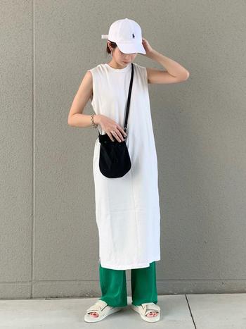 鮮やかな色でもさりげなくお洒落に決まる、ワンピの裾からのチラ見せ。真っ白なロングワンピースの裾から覗くグリーンが、コーデ全体のアクセントに。他のアイテムはモノトーンで統一するのが◎です。