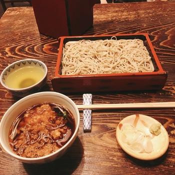 室町砂場は天ざると天もり発祥の店と言われています。夏でも天ぷら蕎麦をおいしく食べられるようにと、昭和20年(1945年)頃に考案されたそう。小海老と小柱のかき揚げが入った温かい汁と、セイロにのった冷たい蕎麦の組み合わせはたちまち評判となり、今でも一番人気です。