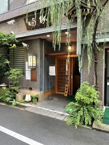 明治2年(1869年)創業の「室町砂場」は江戸蕎麦の老舗。「藪」「更科」と並ぶ江戸蕎麦御三家のひとつと言われています。ゆらりと揺れる柳がなんとも風流な店構えです。