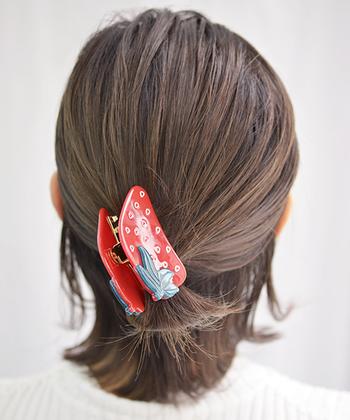 ボブやショートボブの人は、襟足の髪をすこし残して、ハーフアップに。表面の髪を多めにすくっているので、まとめ髪のようなすっきり感も味わえます。短めの髪を生かして、ナチュラルに毛先を遊ばせることができますよ。  おでかけ時にもいいですし、作業時にさっと髪をまとめたい時にもおすすめのスタイルです。