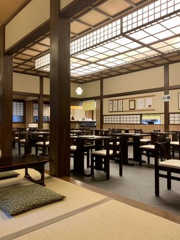 1階は庭園が見えるテーブル席と小上がり、2階は個室があり会食や接待などにもおすすめ。昔ながらのお蕎麦屋さんといったノスタルジックな雰囲気です。
