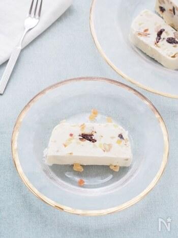 クリームチーズに色とりどりのドライフルーツを散りばめたイタリア生まれのスイーツのカッサータ。ひんやりと口どけのいいアイスケーキは、暑い夏のティータイムのお供にぴったりです。