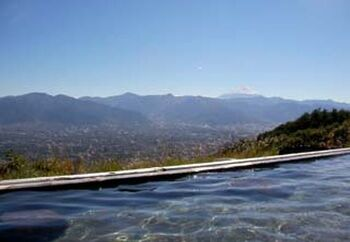 キャンプ場には「ほったらかし温泉」が隣接しています。標高700mと秋は肌寒く、温泉に入って体の芯から温まりたくなります。早朝から営業を開始しているので、日の出とともに輝く富士山と甲府盆地の織り成す絶景を堪能できますよ。大人気のキャンプ場であっという間に予約が埋まってしまいます。計画をたてて予約にトライしてみてくださいね。
