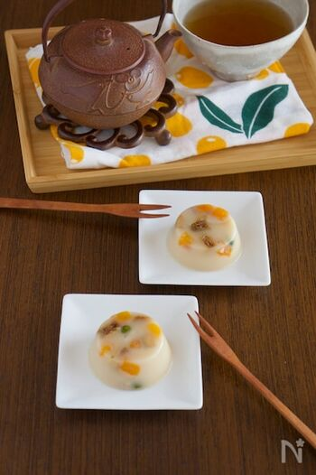 意外にも和菓子とも相性がいいドライフルーツ。白のこしあんを使った羊羹にドライフルーツのカラフルな色味がよく映え、まるで宝石のような見た目が可愛いですね。