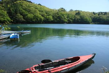 静かな湖をボートで遊覧。湖上から眺める景色にうっとりします。宿泊者はカヤックやカヌーの持ち込みも対応。サイトまでは、荷物をリヤカーに積んで500mほど向こう岸まで歩くのですが、ボートで行くことも可能。テント泊はちょっと…という方は山荘やロッジに泊まるのもよいですよ。こちらでは、湖全体を見渡せるテラス席でホットチャイを注文することができます。スパイシーな味わいでほっこり温まりますよ。