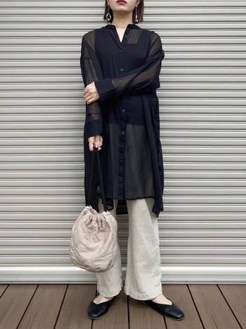 足元が重くなりがちなロングパンツは、透け感のあるシアーシャツで爽やかに着こなせます。黒のパンプスで膨らみを抑えてスタイリッシュな雰囲気に。