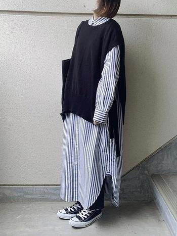 ロング丈のシャツワンピは1枚でも十分可愛いのですが、ベストをプラスすると全く違った印象に。涼しげなストライプシャツにサイドリボンの動きが映えます。