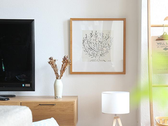 マティスの「低木」をアートポスターに仕上げたアイテムです。大らかに描かれたプラタナスの木が映えるナチュラルな木製フレームに収められています。  一般的によくあるサイズよりも、少し小さめの幅53cmサイズ。大きすぎないので、リビングだけではなく、ダイニングや寝室など飾る場所を選びません。