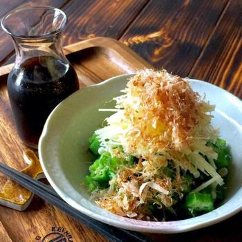 煮魚や和食によく使われる針生姜を、シンプルなオクラのサラダに。上からおかかを振りかけることで、ピリッと辛い風味を和らげることができます。