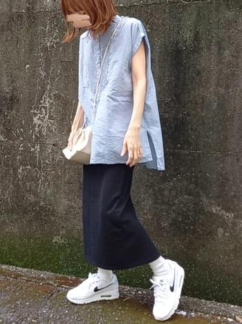 タイトなロングスカートには、ふんわりと身幅のあるブラウスを合わせるとより軽やかに♪足元はスニーカーで、かっちりしすぎず程よいカジュアル感を演出できます。