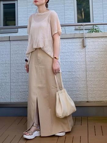 透け感のあるトップスと合わせることで、重量感のあるAラインスカートでもすっきりとした印象に。トップスは前ひっかけで脚長効果も抜群です。