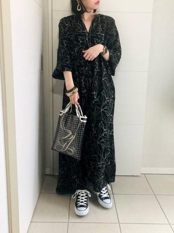 くるぶしが隠れる丈のロングワンピースは、シューズや小物も同系色に纏めて縦長スタイルに。首・手首見せ&大きめアクセサリーで、重たく見える全身黒コーデを華奢で軽やかに。