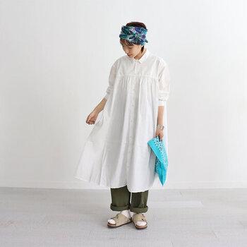 ふんわりシャツワンピにパンツを合わせて奥行のあるコーデに。立体感が出て、広がりすぎず引き締まった印象になります。パンツの代わりにプリーツや柄スカートと合わせても◎