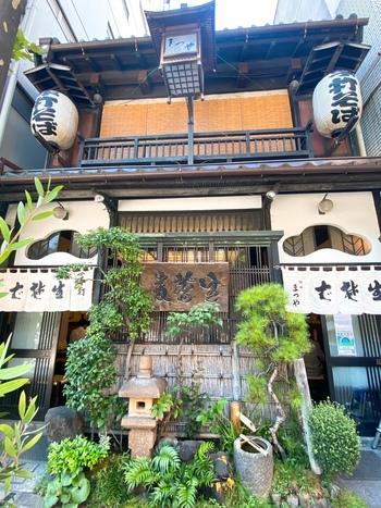 「神田まつや」は明治17年(1884年)の老舗。先代たちが江戸蕎麦御三家で技術を学んだこともあり、それぞれの良さを取り入れた蕎麦が評判です。昔ながらの趣きある店構えが印象的。