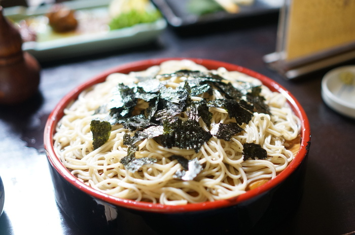 神田まつやの「ざるそば」は海苔がトッピングされているのが特徴で、磯の香りと出汁が蕎麦のおいしさをより引き立ててくれます。石臼で挽いた蕎麦粉を手打ちしているため、力強いコシが魅力。食欲がない日でもつるりと食べられると人気です。