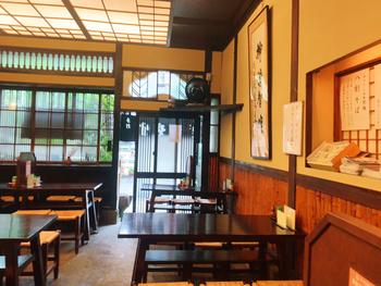 美食家として知られる小説家、池波正太郎氏もたびたび通ったそう。柱時計や壁にかかった使い込まれた蕎麦鉢など、店内の雰囲気にも歴史を感じます。