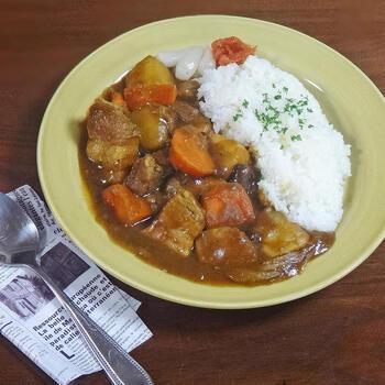 豚ブロック肉を大きめに切り、ブライン液を揉み込んで浸すことでとろとろジューシーに。野菜もごろごろ入った、食べ応え満点の絶品カレーです。ちょっとした工夫で、カレーが一気にグレードアップします。
