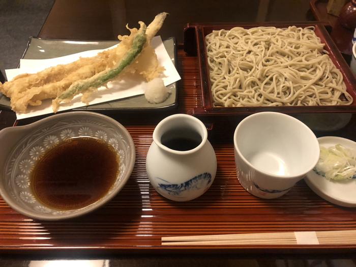ごま油で揚げた天ぷらと蕎麦の組み合わせも人気です。カラリと揚げたサクサクの天ぷらと蕎麦は日本酒も進みそうですね。