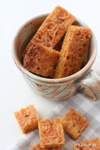 サクサクの食感がおいしいフロランタン。キャラメルフィリングの部分にアーモンドスライスの代わりに、ココナッツの果肉を紐状に細かく削り乾燥させ、ザクザクした食感が特徴の、ココナッツロングを加えてよりサクサクに。ココナッツの甘い香り漂う抜群の食感と味に食べる手が止まらなくなりそう。