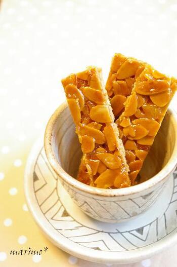 ホロホロのクッキー生地に、パリパリのアーモンド、さらにキャラメルとオレンジピールのねっとり感の食感の対比もヤミツキになりそうなフロランタン。オレンジピールのさわやかな香りは、特に暑い季節のお菓子としてティータイムにさわやかなひとときをもたらしてくれそう。