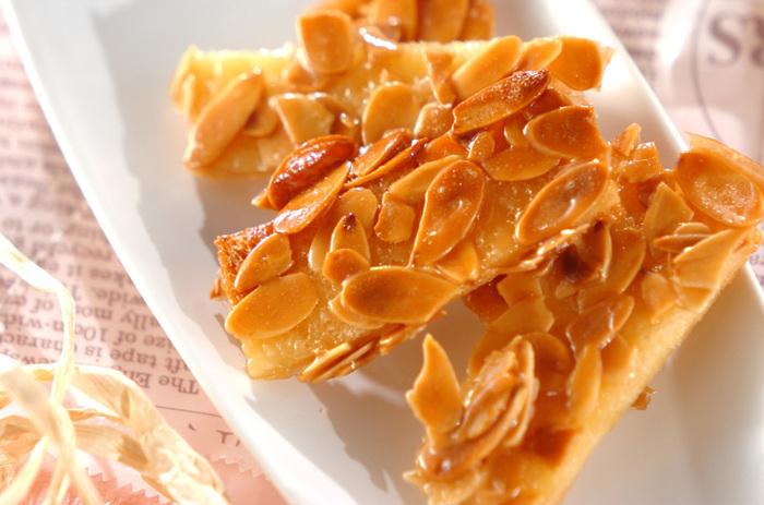 耳なしのサンドイッチ用の食パンをレンジで乾燥させて生地に。その上にアーモンドフィリングをのせてオーブンで焼くだけの簡単レシピ。余りがちなサンドイッチ用食パンをおいしく有効活用できます。