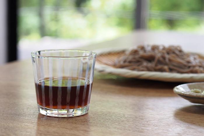 こちらは廣田硝子のそば猪口。白い縦縞模様は和風にも洋風にも馴染み、いろいろなテーブルコーディネートに映えます。厚手のガラスなので普段使いしやすく、そば猪口としてはもちろん麦茶などを注ぐコップとしても便利ですよ。
