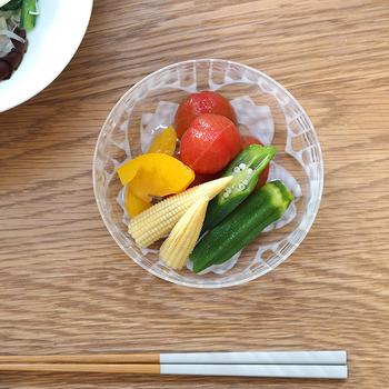 伝統の技が活きた乳白色の模様が美しいガラス小鉢。上から見ると桜の模様になっているので、お皿が空になった時も楽しめます。和食のおかずにはもちろん、ヨーグルトやフルーツを盛り付けるのにもぴったり。