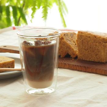 飲み物のおいしい温度をキープしてくれるダブルウォールグラス。こちらはKINTO製のもので、シャープなフォルムが特徴です。冷たいドリンクを入れても結露しないので、夏のグラスとしておすすめ。お酒もぬるくなりにくいですよ。
