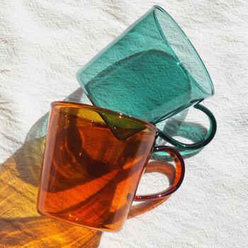 どんな飲み物にも使いやすい耐熱ガラス製のマグカップ。レトロな色合いがかわいいですね♪冷たいドリンクのほか、デザートを盛りつけるのにもよさそう。冬はホット用のマグとしても使えるので、一年中活躍するアイテムです。