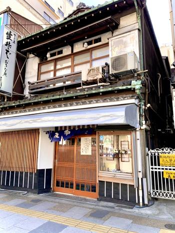 JR上野駅から歩いて数分の場所にある「翁庵」は上野エリアに数多くあるお蕎麦屋さんのなかでも人気があります。創業は明治32年(1899年)。神楽坂にある老舗店からのれん分けしたお店です。