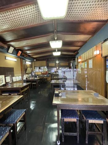 昭和の面影残る外観に違わず、店内もレトロな雰囲気。壁のあちこちには著名人のサインが飾ってあり、多くの人々から親しまれていることが伝わってきます。