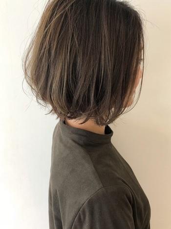 やわらかい雰囲気にしたいときは、大きめのカールでゆるーく内巻きにすると◎髪の毛が伸びてきてハネやすくなってしまったときにおすすめのアレンジです。