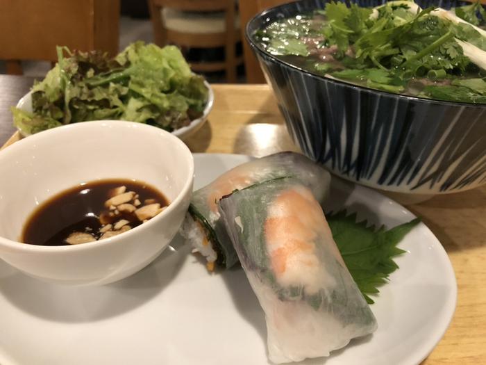 ベトナム出身のスタッフが作るお料理は、どれも本格的。人気のランチは、牛肉の旨みがぎゅっと凝縮されたスープがおいしい「牛肉のフォー」。パクチーをたっぷり添えていただきましょう。