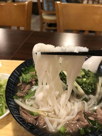 フォーはつるんとなめらかなのど越しが特徴です。やわらかめのうどんに似た食感で、コクのあるスープによく合いますよ。あっさりとしているので、食欲がない日でもぺろりと食べられそう。