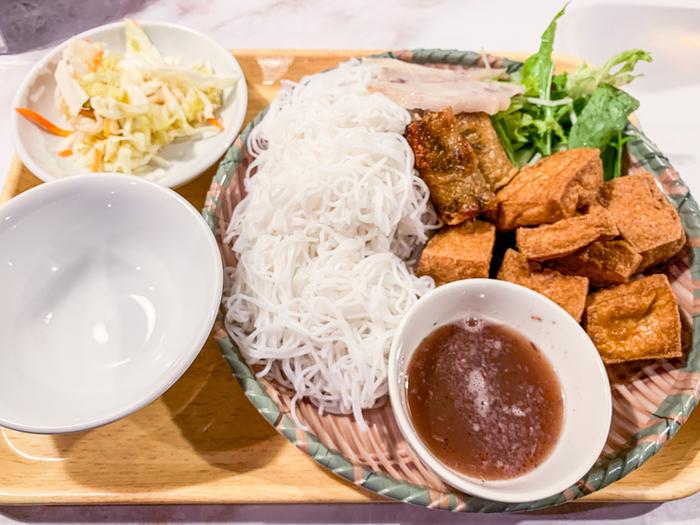 こちらもランチメニューのひとつ「揚げ豆腐海老味噌ビーフン」。中華料理のビーフンは炒めることが多いですが、こちらはつけ麺スタイル。甘酸っぱい海老味噌はエスニックらしい濃厚な風味ながらも辛みがないので食べやすいですよ。塩気が強いので、味見しながら少しずつ加えるのがおすすめ。生野菜を加えて一緒に食べてもおいしいです。