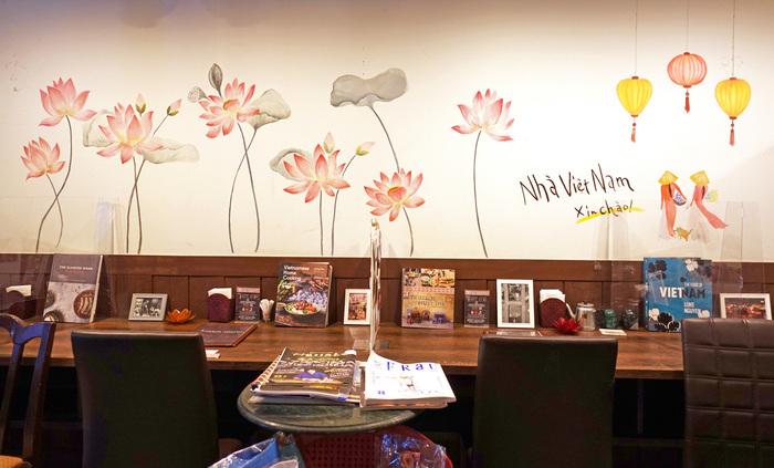 1階のカウンター席は、蓮の花やアオザイが描かれた壁がとても華やか。女性ひとりでも気軽に訪れやすい雰囲気です。