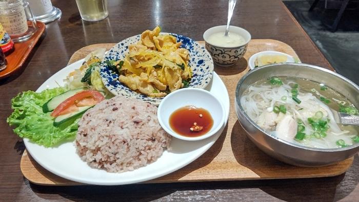 「日替わり屋台定食」もおすすめ。日替わりのおかずに黒米とキヌア入りの雑穀ごはん、鶏肉のミニフォー、デザートがセットになっていますよ。日本の定食スタイルにも似ていて、初めての方でも食べやすいのが魅力。あっさりとしたフォーのスープはごはんにも合います。