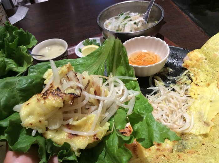 食べやすい大きさに分けたバインセオを葉野菜で包んで、甘辛いタレをつけていたきます。さっぱりと食べられヘルシーです。