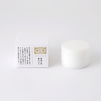 「海塩の粉歯みがき」のアイテム名の通りに、伊豆大島の海水だけで作られたシンプルな塩の歯磨き粉。多くの種類があり、成分もいろいろな歯磨き粉の中で、原材料は海水だけという、シンプルながら大きな特徴がある歯磨き粉。