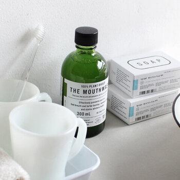 ソープナッツやトウキンセンカなどの保湿成分が潤いをもたらし、メントールやスペアミントのハッカ由来の精油を使用した香料により、使用する際に自然な清涼感をもたらしてくれます。もちろん、マウスウォッシュならではの、口臭や虫歯などを予防しながら健康的な歯をキープできます。
