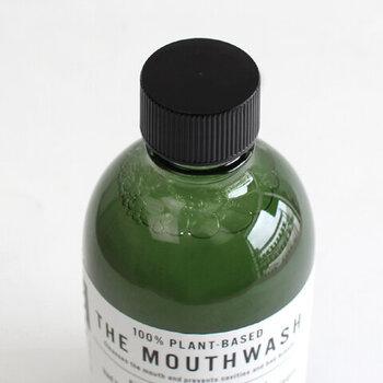 液体歯磨きタイプなので、歯を磨く前に使用し、歯や口内の汚れを浮かせてから歯磨きをすると、無理な力をかけず、歯を磨くことができ、研磨剤が含まれていないので、歯面を傷つけることなく汚れを落としてくれます。口の中をすすいだ後も、口内に残ったマウスウォッシュの成分が、歯の周りに付着するのでお口の乾燥も防いでくれるだけでなく、歯垢の沈着も減らしてくれる頼もしいアイテムです。